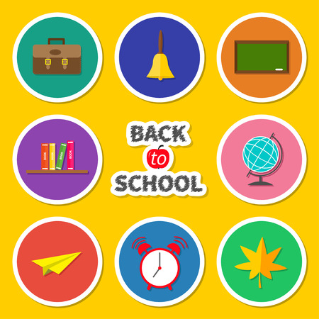 reloj: Volver a la escuela icono ronda conjunto. Tarjeta verde, campana, reloj despertador, globo del mundo, estante de libros, avi�n de papel, mochila, hoja de arce. Fondo amarillo Dise�o plano ilustraci�n