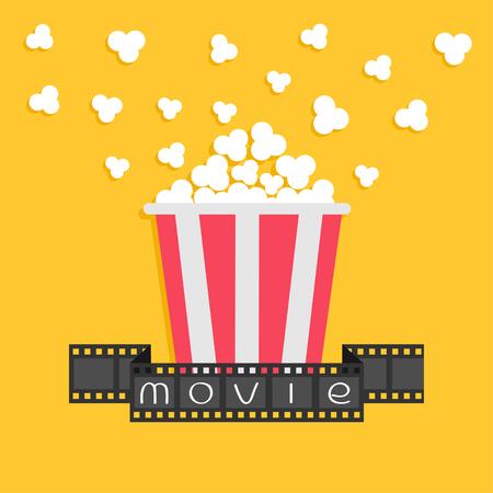 cinta pelicula: Palomitas de maiz. cinta de la tira de película. Caja amarilla roja. Icono del cine noche de película en estilo diseño plano. fondo amarillo. ilustración vectorial Vectores
