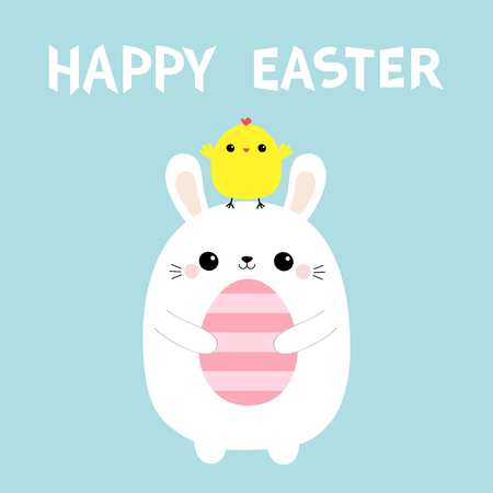 Uovo felice della pittura della tenuta del coniglietto di Pasqua. Pollo in testa. Sfondo blu pastello. Design piatto. Vettoriali