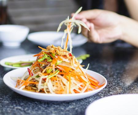 ソムタム タイ - タイの青パパイヤ サラダ ピーナッツ。 写真素材