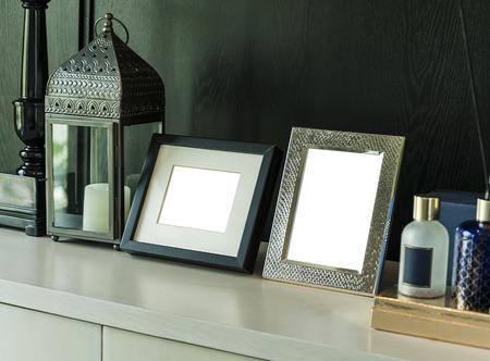 Bilderrahmen und Kerzenlampe auf einem Tisch in einem modernen Zimmer Lizenzfreie Bilder