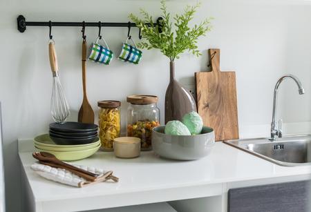 キッチンの道具とモダンな白いパントリー