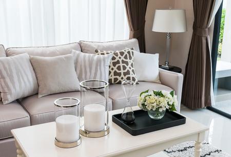 d�coration murale: design moderne salon avec canap� et une lampe
