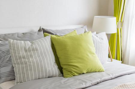 moderne slaapkamer met groene kussen op bed