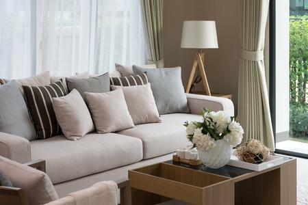 Modernt Vardagsrum Design Med Soffa Och Trä Lampa Royalty-Fria ...