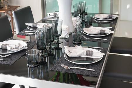 table à manger et chaises confortables dans une maison moderne avec un cadre de table élégant