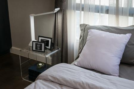 Modernen Luxus-Schlafzimmer Mit Kissen Und Lampe Lizenzfreie Fotos ...