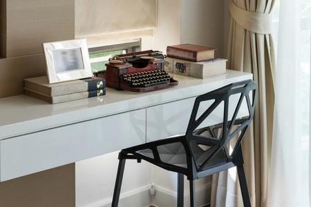 maquina de escribir: mesa de trabajo decorativo con m�quina de escribir y libros
