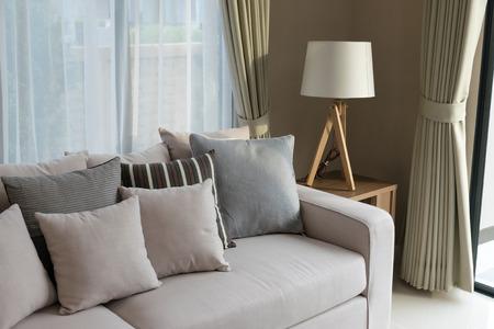 モダンなリビング ルームにはソファと木製のランプ デザイン 写真素材