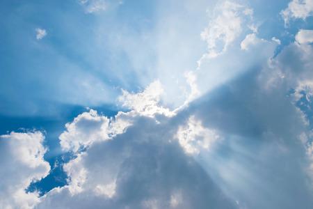 rayos de sol: nubes en el cielo azul con rayos de sol Foto de archivo