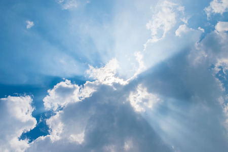 wolken in de blauwe hemel met zonnestralen Stockfoto