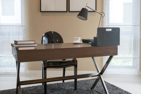 Holztisch und Bücher in der modernen Arbeitsrauminnen