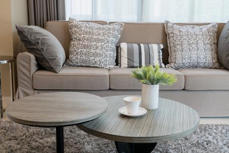 Robusto divano tweed marrone con cuscini fantasia grigio Archivio Fotografico - 41751848