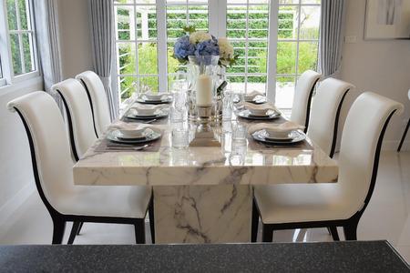 ダイニング テーブルとエレガントなテーブルセッティングとビンテージ スタイルで快適な椅子