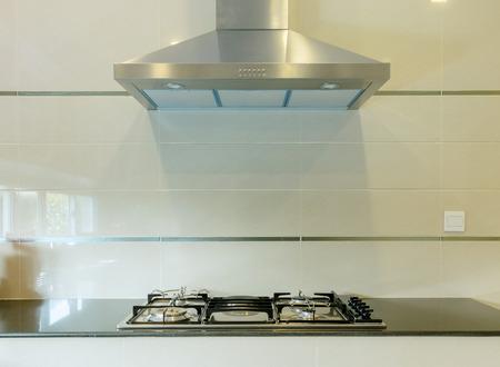 koken gasfornuis met kap in moderne keuken Stockfoto