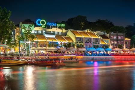 싱가포르, 싱가포르 -8 월 9,2012 : 싱가포르 강 지역 내 위치한 클라크 키에 밤에 건물을 다채로운 빛.