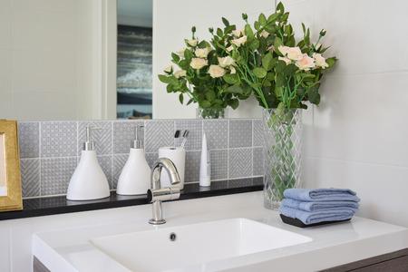 wasbak met kraan en vloeibare zeep fles thuis