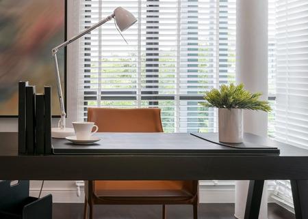 houten tafel met lamp en boeken in de moderne werkruimte interieur