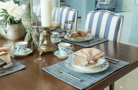 クラシックなスタイルのダイニング ルームのインテリアの高級テーブル セット 写真素材