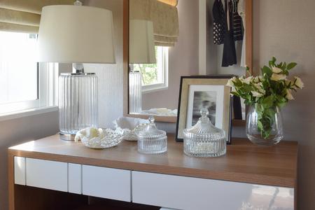 espejo: mesa de madera con juego de joyas, espejo, l�mpara en el vestidor