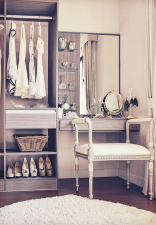 vintage stijl foto van een kleedkamer met klassieke witte stoel en een kaptafel