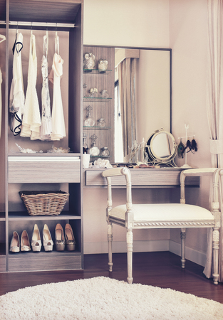 Vintage-Stil Foto von Ankleidezimmer mit klassischen weißen Stuhl und Schminktisch