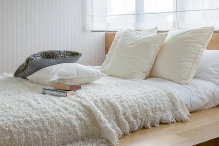 chambre à coucher: chambre sylish design d'intérieur avec des oreillers en noir et blanc sur lit.