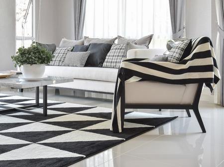 pokoj: moderní obývací pokoj interiér s černými a bílými károvaný vzor polštáře a koberce