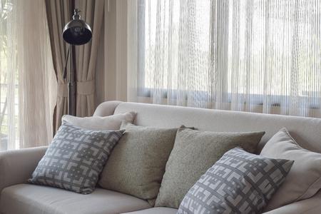luz natural: almohadas de textura en el sofá beige en la sala de estar moderna