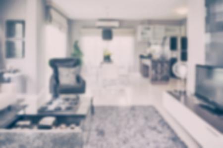 familia cenando: difuminar la imagen del interior moderno sal�n con mesa de comedor y despensa en su casa