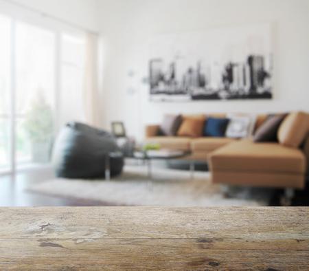 木製テーブル トップぼかしとモダンなリビング ルームの間の背景として