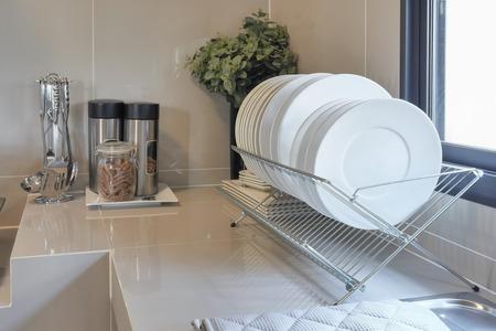 utencilios de cocina: contador de limpia en la cocina con utensilios en casa