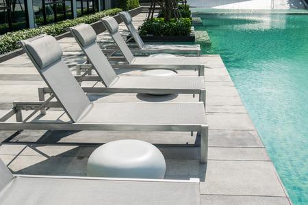 Zwembad met strandstoelen