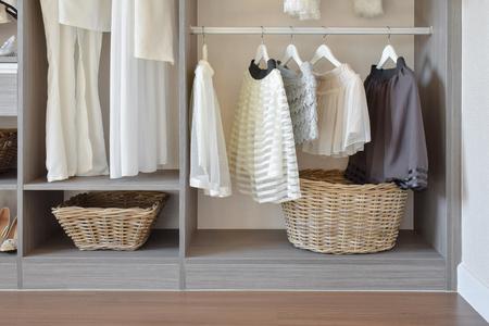 tủ quần áo hiện đại với hàng váy trắng và giày treo trong tủ quần áo