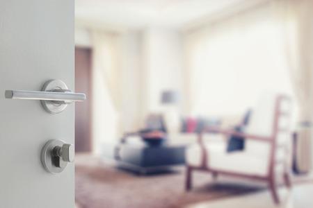 geöffnet weiße Tür zu modernen Wohnzimmer Innenraum Lizenzfreie Bilder