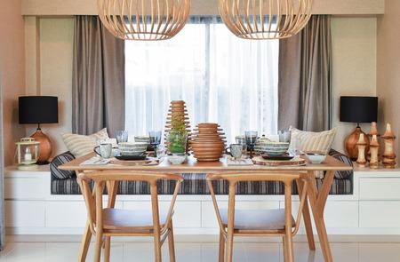 decoracion mesas: Mesa de comedor y cómodas sillas de madera en el hogar moderno con elegante mesa Foto de archivo