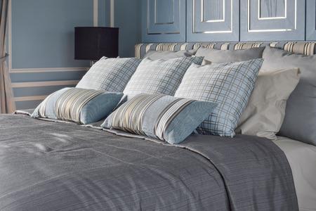 Luz azul dormitorio de estilo romántico con el patrón y la textura de la ropa de cama