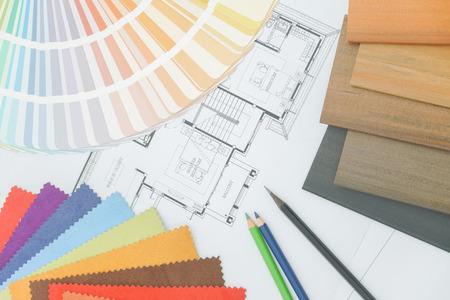 pallette: Exemple de matterial, couleur pallette et crayon de couleur sur un papier de dessin d'architecture