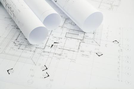architectonische tekenpapier rollen van een woning voor de bouw Stockfoto