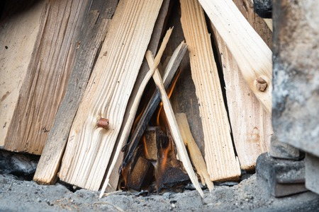 holzbriketts: Brikettierpresse für die Zündung unter dem Brennholz, beginnen Verbrennungs-