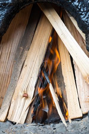 holzbriketts: Brikettierpresse f�r die Z�ndung unter dem Brennholz, beginnen Verbrennungs-