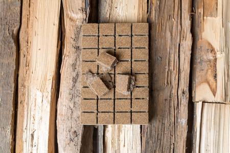 holzbriketts: Brikettierpresse f�r die Z�ndung, Z�ndung auf dem Hintergrund des Holzes. Blick von oben Lizenzfreie Bilder