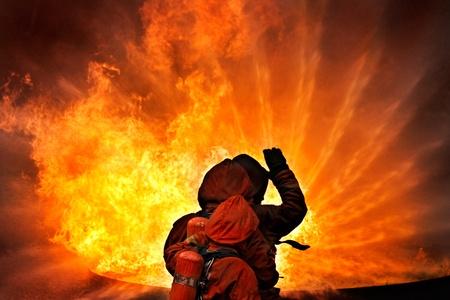пожарный: Пожарные борьба огонь во время тренировки Фото со стока
