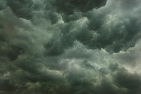 cielo tormenta: Oscuros nubarrones formando antes de la lluvia