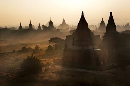 birma: Veel tempel in Bagan gebied bij zonsopgang, Myanmar.
