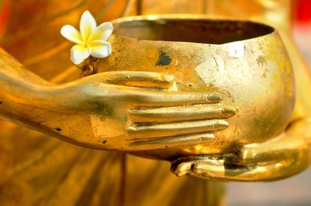 limosna:  Detalle de estatua de Buda en bowl de limosnas de los monjes  Foto de archivo