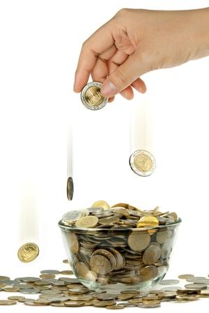 earn: mano y moneda cayendo a golpe de vidrio