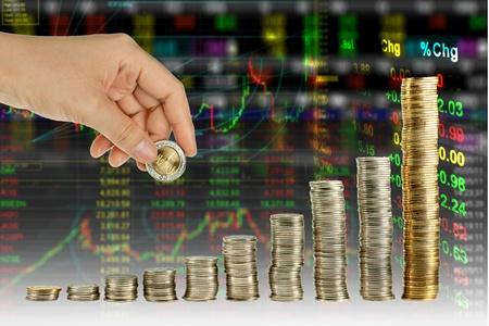 makler: Hand mache M�nze Graphen im Aktienindex-Hintergrund