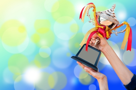 triunfador: ganar la Copa aword en mano  Foto de archivo