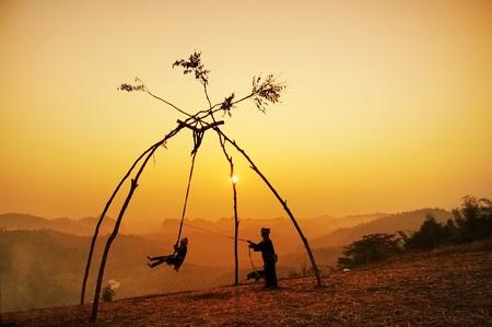 tribu: silueta de minor�a en Tailandia jugar columpios